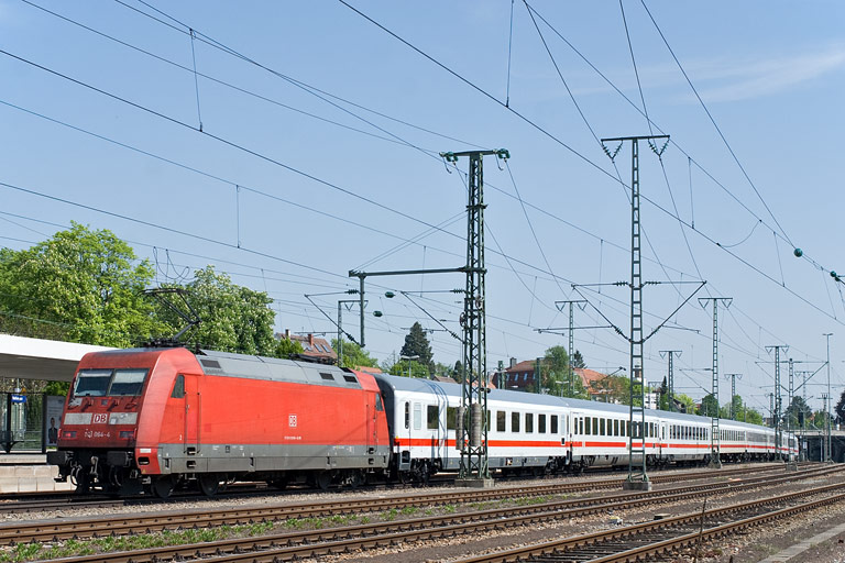 101 064 mit IC 2006 bei km 15,6 (April 2011)