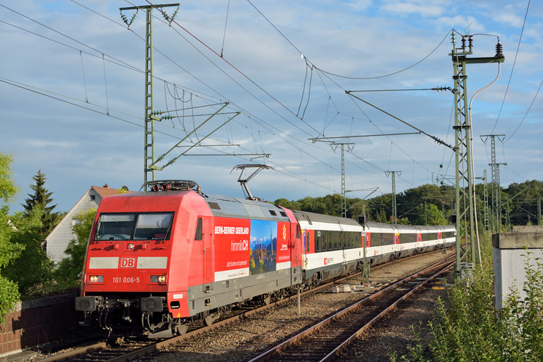 101 006 mit IC 184 bei km 16,8 (September 2015)