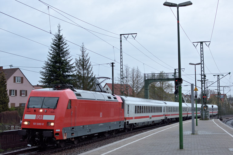 101 080 mit IC 833 bei km 16,8 (April 2016)